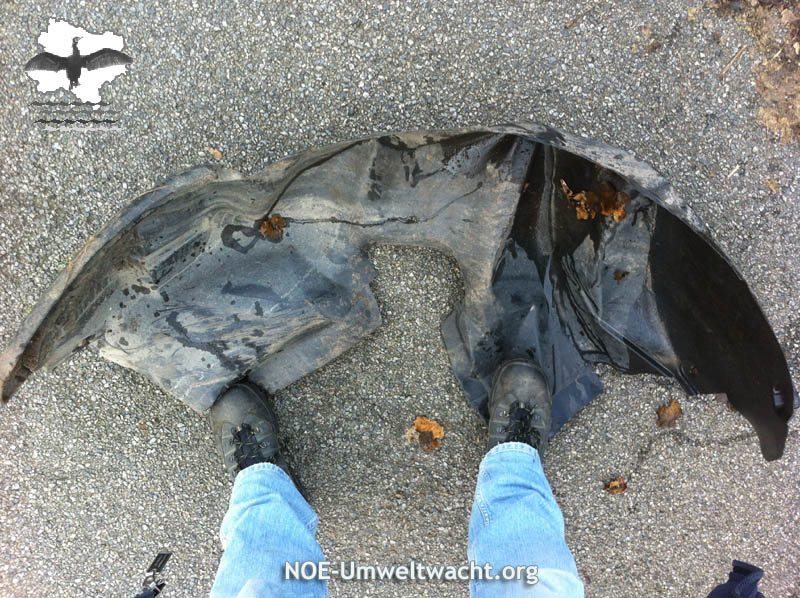 Nach einem Verkehrsunfall nicht entfernten KFZ-Teil | Foto: NOE-Umweltwacht.org