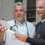 Tierarzt Mag. Christian Hofmann übergibt Obmann Walter Glöckel ein Chiplesegerät in der Tierklinik Hainburg | Foto: Berg-und-Naturwacht.org